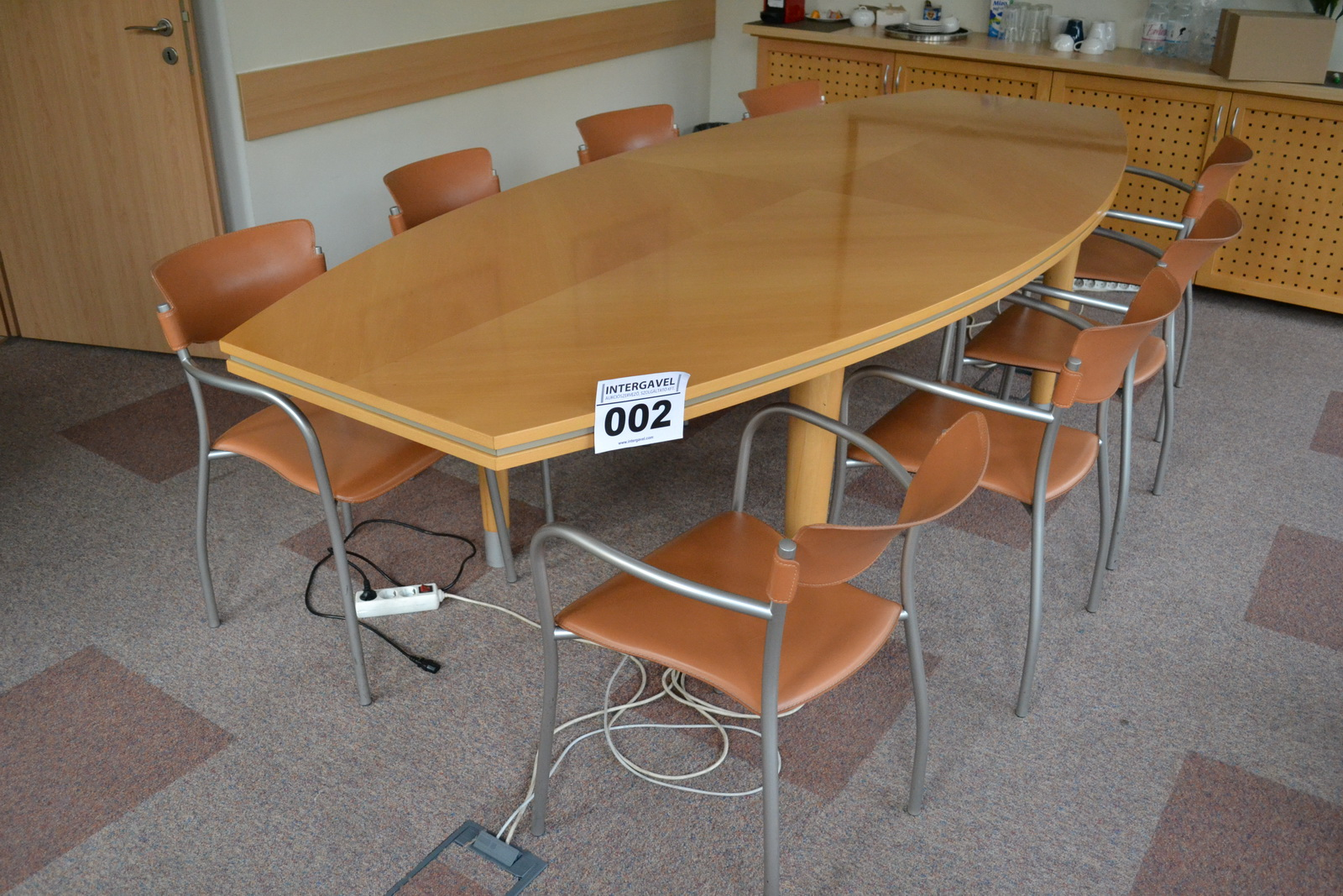 Tárgyalóasztal szekrénnyel és székkel