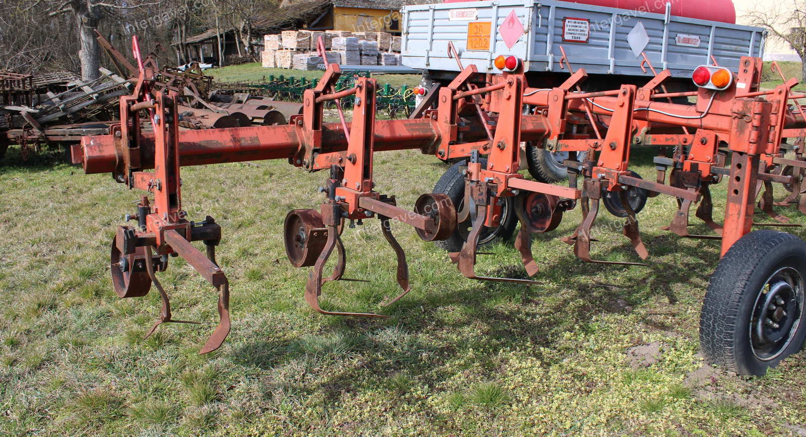 Row crop cultivator